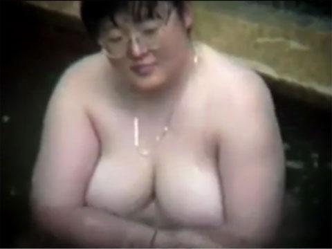 温泉で隠し撮りしたポチャデブ色白巨乳さん