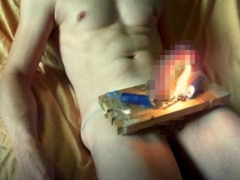 ペニスを火であぶるマジキチな男