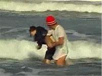 女子校生が海でボコられた挙句放尿までさせられる