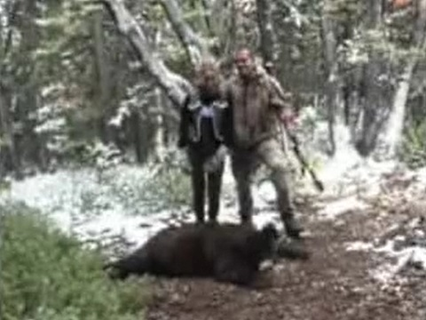 狩って死んだクマをベッド代わりにしてエッチするカップル