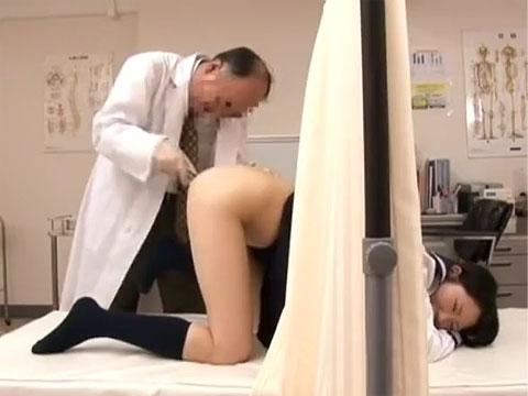 恥ずかしいっ...四つん這いポーズで肛門診察される女子校生