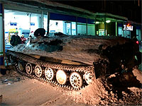 ロシアで戦車がコンビニにダイレクト入店