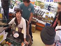 スーパーで試食したらいきなりセックスさせられる奥さん