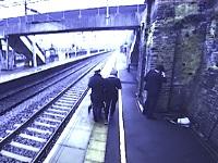 駅のホームで絶望している男性に女性が近づいた結果......