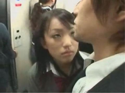 女子校生が電車の中でサラリーマンのチ○ポをシゴく逆痴漢!