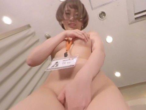診察のために全裸でカメラにまたがるOL