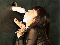 黒髪ストレートの美女がグローリーホールから飛び出す白濁液にまみれる