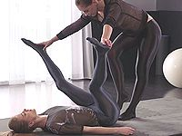 軟体美脚な白人女性が光沢タイツで脚を絡ませ合うレズプレイ
