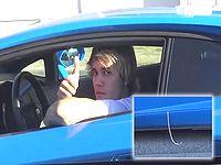 ジャスティンビーバーさん、長すぎるベルトが車からはみ出ているのに気づかずドヤ顔www