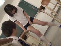 尿意の限界!その場から動けず教室でお漏らししまくる体操服女子