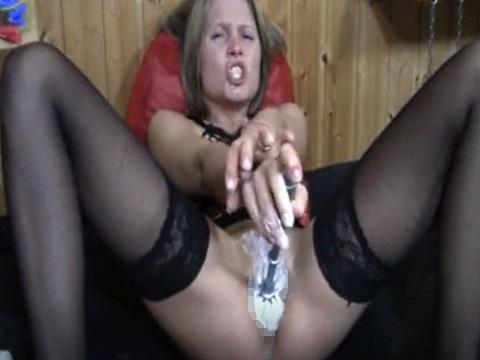 歯磨き粉をアソコに塗ってブラシでオナニーする女性