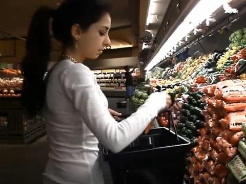 スーパーマーケットでアナルに野菜を突っ込むお姉さん