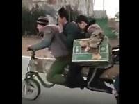 スクーターを改造して大人数で乗る中国人たち