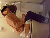 これが今どきJSのオシッコ姿だ!トイレで用を足す小●生の盗撮動画