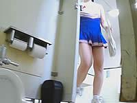 まだ生えてない?アソコがつるつるのチアリーダーをトイレ盗撮