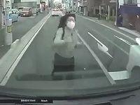 【ドラレコ】車に向かって突撃してくる日本人女性の当たり屋が怖すぎィ!!