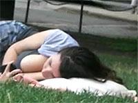 爆乳お姉さんが公園で呑気に寝そべってるとこを隠し撮りしたったw