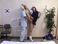 身体の柔らかい女子校生がパカッと開脚ポーズでパンモロ&おま○こ整体