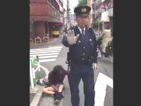 警察官がホームレス風の酔っぱらいに暴行している様子が撮影されてしまう...