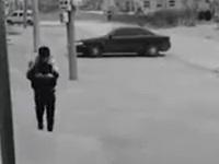 携帯電話を見ながら歩いていた少年に起きたクソすぎるハプニング