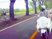 女子高生に見とれて脇見運転したビックスクーターのDQNが追突事故を起こすハプニングwww