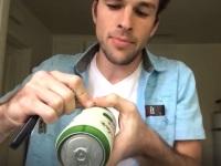 缶ビールを数秒で飲み干す早飲み男