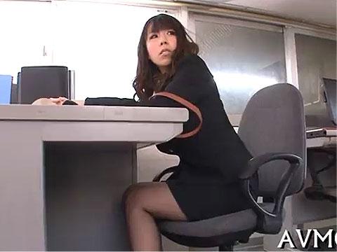 OLが出勤早々に会社で大胆にバイブオナニーしてイクッ!