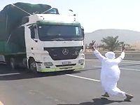 道路に飛び出して車に轢かれる直前で避けて遊ぶサウジアラビアのDQNが迷惑すぎる...
