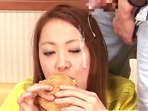 食事中にザーメンぶっかけられても食べ続けるギャル