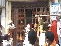 列に並ばない市民を竹刀でしばきまくるインドの警察官が強すぎるwww