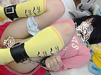 幼児服を着たロリっ娘の無毛マンコに何度も中出し