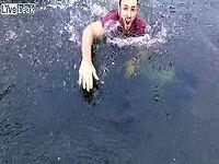 池に墜落する空撮ドローンを着水ギリギリでキャッチする男がカッコいい...