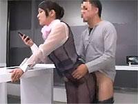 携帯電話ショップの店員さんの制服が透けていてけしからんので犯してやった