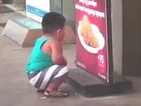 腹ペコの肥満児がフライドチキンの看板を食べようとしてる姿が可愛いwww