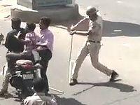 バイクの3人乗りで違反する市民を竹刀でしばきまくるインドの警察官が強すぎるwww