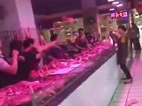 店内で女性同士の喧嘩が勃発!生肉を投げつけるヤバい店員