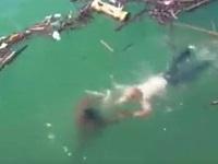 【閲覧注意】溺れている男性を救助しようと海に飛び込んだオジサン