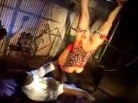 逆さに吊られた状態でもチ●コを欲するスケベ女