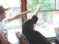 バスの窓を絶対に開けたい男 VS 絶対に閉めたい女の開閉バトルが壮絶すぎるwww