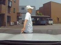 ドラレコが捉えた!車のボンネットにカッターで傷をつける悪質老人!