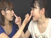 【閲覧注意】鼻クソを食べ合う2人の日本人女性が世界にドン引きされるwww