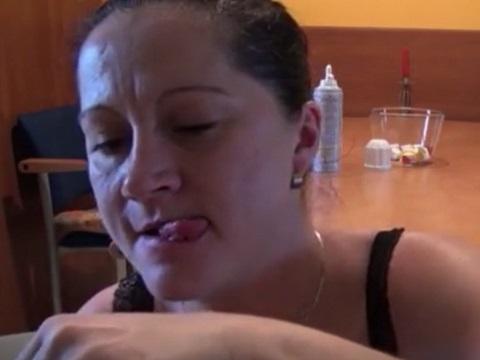 マシュマロをマジキチなデザートにして食べるスカトロおばさん
