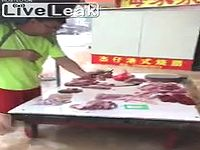 【中国】街中が大洪水になっても露店を営業する肉屋とそれを買う客がたくましすぎるwww