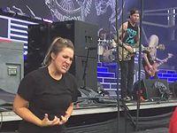ヘヴィメタルバンドのライブで曲を手話通訳する女性が目立ちまくってるwww