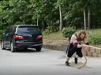 洗車と筋肉トレーニングを同時にこなす方法を思いついた屈強な男