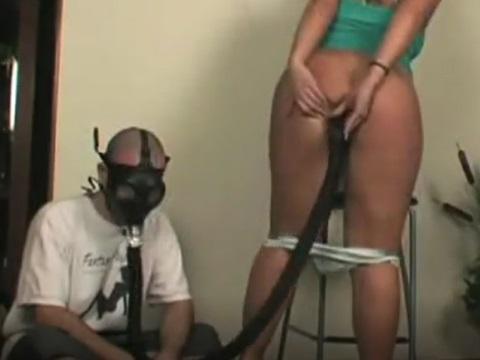 恵体のお姉さんから放たれるオナラを吸うガスマスク男
