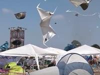 野外音楽フェスティバルで突風!宙を舞うたくさんのテント