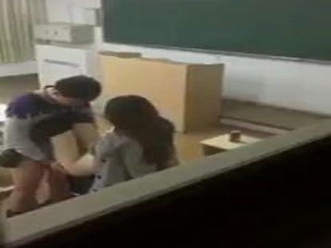 【中国】学校の教室で男性教師と女子生徒がセックスしてる現場が隠し撮りされる!