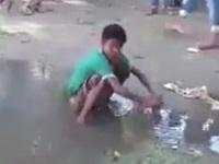 水たまりの水を使ってセルフでアナル洗浄する少年