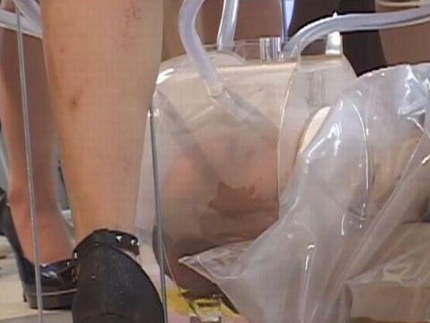 飲尿専用の拷問器具で数十人の女性たちのオシッコを飲まされるM男
